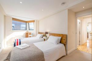 A bed or beds in a room at Tower Bridge Bliss