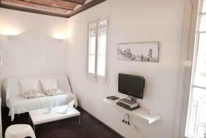 Телевизор и/или развлекательный центр в Barceloneta Apartments Beach