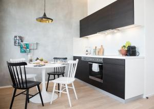 A kitchen or kitchenette at PhilsPlace Full-Service Apartments Vienna