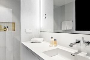A bathroom at PhilsPlace Full-Service Apartments Vienna