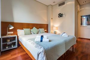 A bed or beds in a room at Habitat Apartments Paseo de Gracia Suite