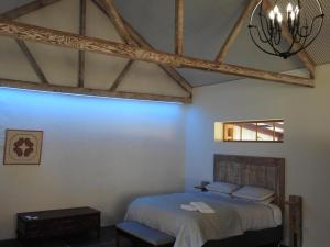 A bed or beds in a room at Grape Pickers Cottage