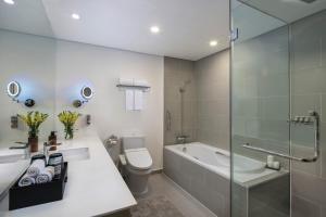 Phòng tắm tại Somerset West Point Hanoi