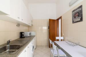 A kitchen or kitchenette at Sunrise Apartment