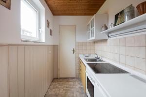 A kitchen or kitchenette at Kirchners Ferienwohnung