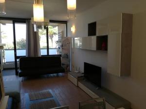 TV in/ali zabaviščno središče v nastanitvi Apartment in Geminis