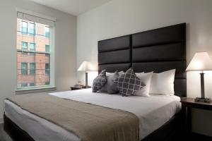 Uma cama ou camas num quarto em Stay Alfred on South Charles Street