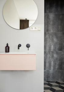 A bathroom at Hotel Pistache Den Haag