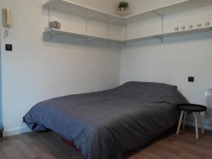 A bed or beds in a room at Studio Augouard, plein centre