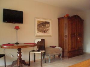 A television and/or entertainment center at Studio Carlton am Park