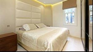 A bed or beds in a room at Heart of Knightsbridge - Stunning Air Conditioned Apartment - 1 minute walk from Harrods