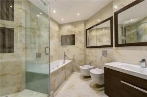 A bathroom at Heart of Knightsbridge - Stunning Air Conditioned Apartment - 1 minute walk from Harrods