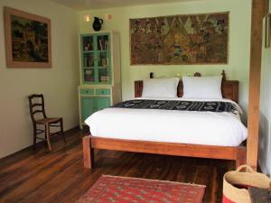 En eller flere senge i et værelse på Villa Loti
