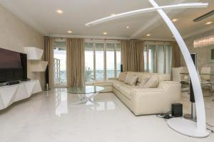 A seating area at Seafront Modern Apartment
