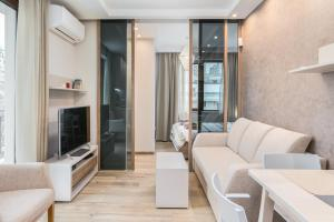 A seating area at *M&M* Modern & Multifunctional One Bedroom Apartment