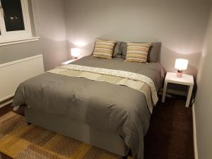 A bed or beds in a room at Three Bedroom House. Pet Friendly