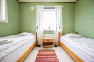 A bed or beds in a room at Nivagården