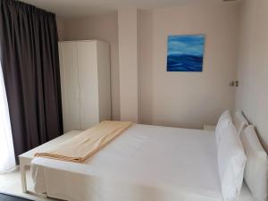 A bed or beds in a room at Comfort Calella