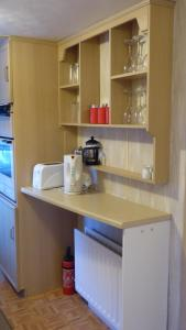 A kitchen or kitchenette at Willow Mobile Home