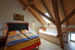 Ein Bett oder Betten in einem Zimmer der Unterkunft Dreiseithof Sohra