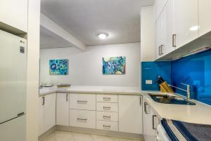 A kitchen or kitchenette at Tranquility Chill at Palm Cove
