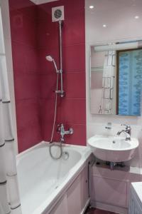 A bathroom at Apart39 on Kuybysheva 43