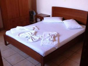 Taxiarchis tesisinde bir odada yatak veya yataklar