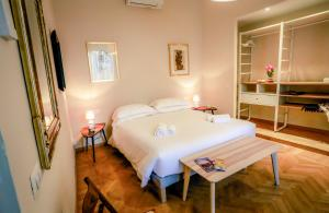 A bed or beds in a room at Acacia Firenze Apartments Artemisia-Angelica