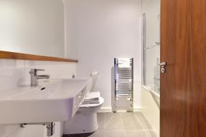 A bathroom at London Eye Apartments