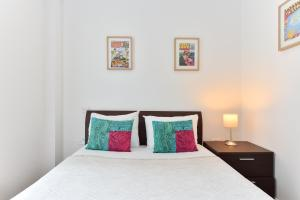 A bed or beds in a room at London Eye Apartments