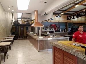 The lounge or bar area at RQ Turismo Hospedagem Rio Quente