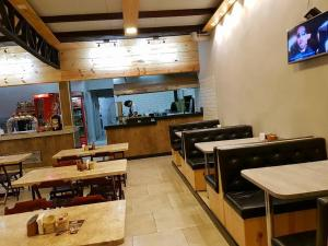 A restaurant or other place to eat at RQ Turismo Apartments Veredas