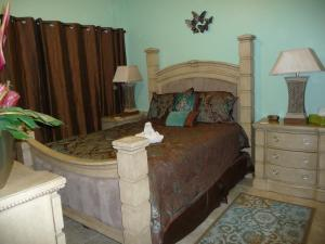 A bed or beds in a room at Vacation Home Near Disney