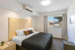 A bed or beds in a room at Nesuto Geraldton (formerly Waldorf Geraldton Serviced Apartments)