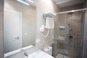 A bathroom at La Casa de la Trinidad Suites