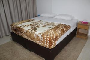 A bed or beds in a room at Faraseen Apartments 1