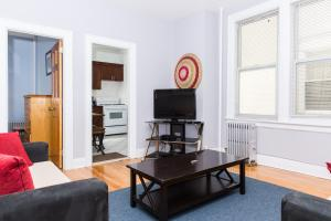 A television and/or entertainment centre at Suite Dante/15 min to Midtown