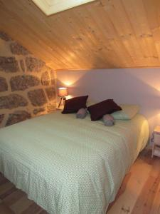 A bed or beds in a room at Gîte des Deux Rieu