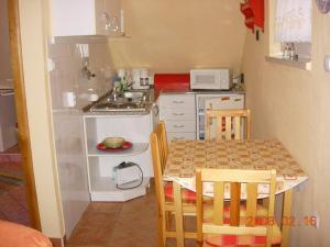 A kitchen or kitchenette at Alsóhegyi Apartmanok