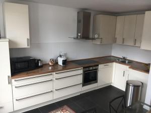 A kitchen or kitchenette at luxuriöse Wohnung in Stadtvilla