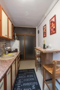 A kitchen or kitchenette at Brezoianu Hause