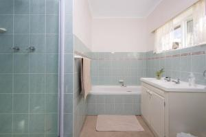 A bathroom at Stone Chimney Cottage