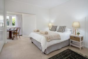 A bed or beds in a room at Stone Chimney Cottage