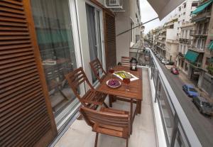 A balcony or terrace at Unique Apartment close to Acropolis