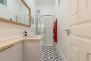 A bathroom at Lisbon Urban Retreat