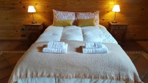 Una cama o camas en una habitación de Departamento céntrico en Pequeña Comarca.