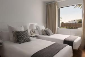 A bed or beds in a room at Villas Lanzasuites