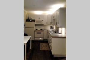 Cuisine ou kitchenette dans l'établissement Suites on 10th