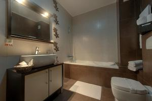 A bathroom at Samali Residence