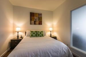 A bed or beds in a room at Sweet Condo Downtown with Parking